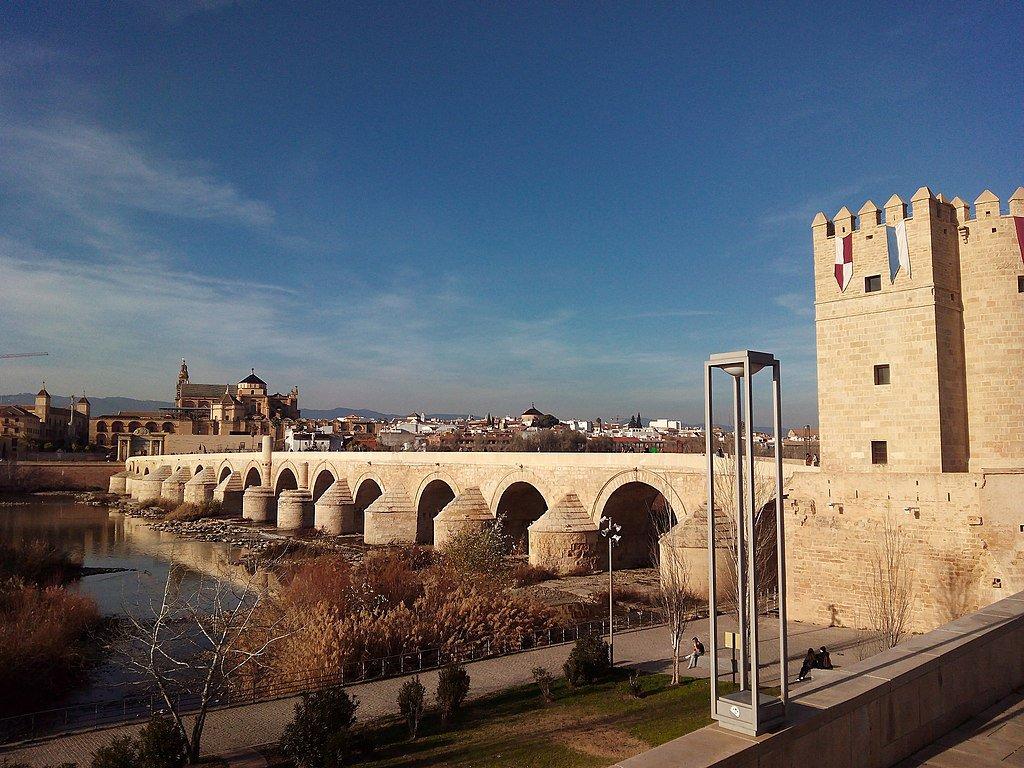 Puente romano desde la lejanía.