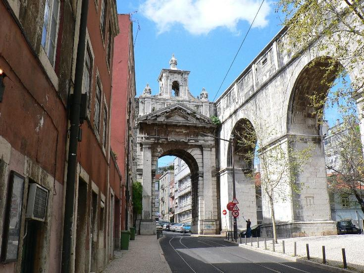 Acueducto de Aguas Libres atravesando la ciudad de Lisboa.