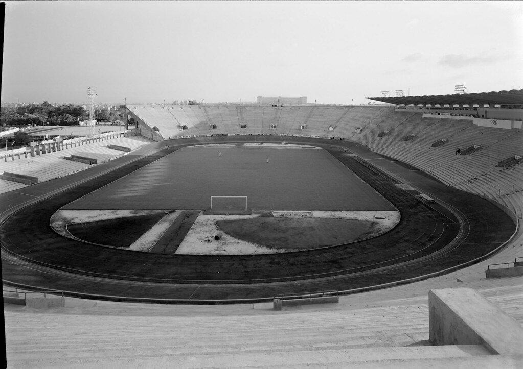 Imagen en blanco y negro del campo de juego del antiguo estadio José Alvalade de Lisboa.