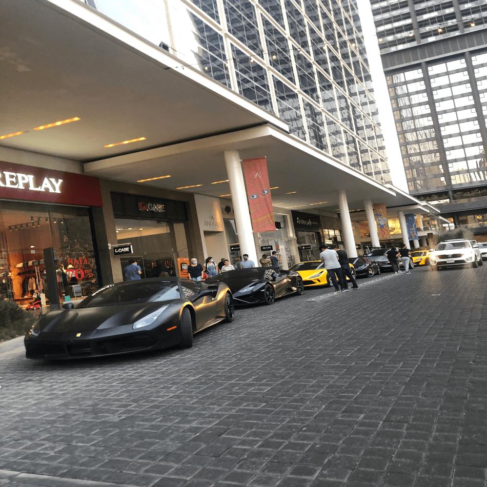 Exhibición de autos en el Andador de Plaza Andares
