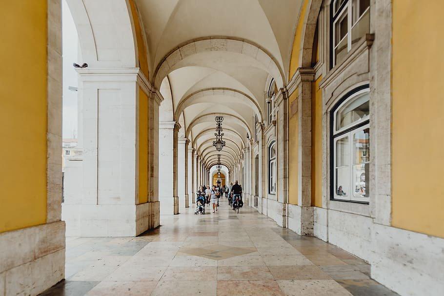 Vista de la calle que recorre los bajos del Arco de Rua Augusta, en Lisboa.