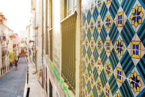 Bonito mosaico en una ventana de Barrio Alto.