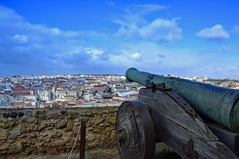 Detalle de un antiguo cañon situado en unos de los patios del Castillo de San Jorge, en Lisboa