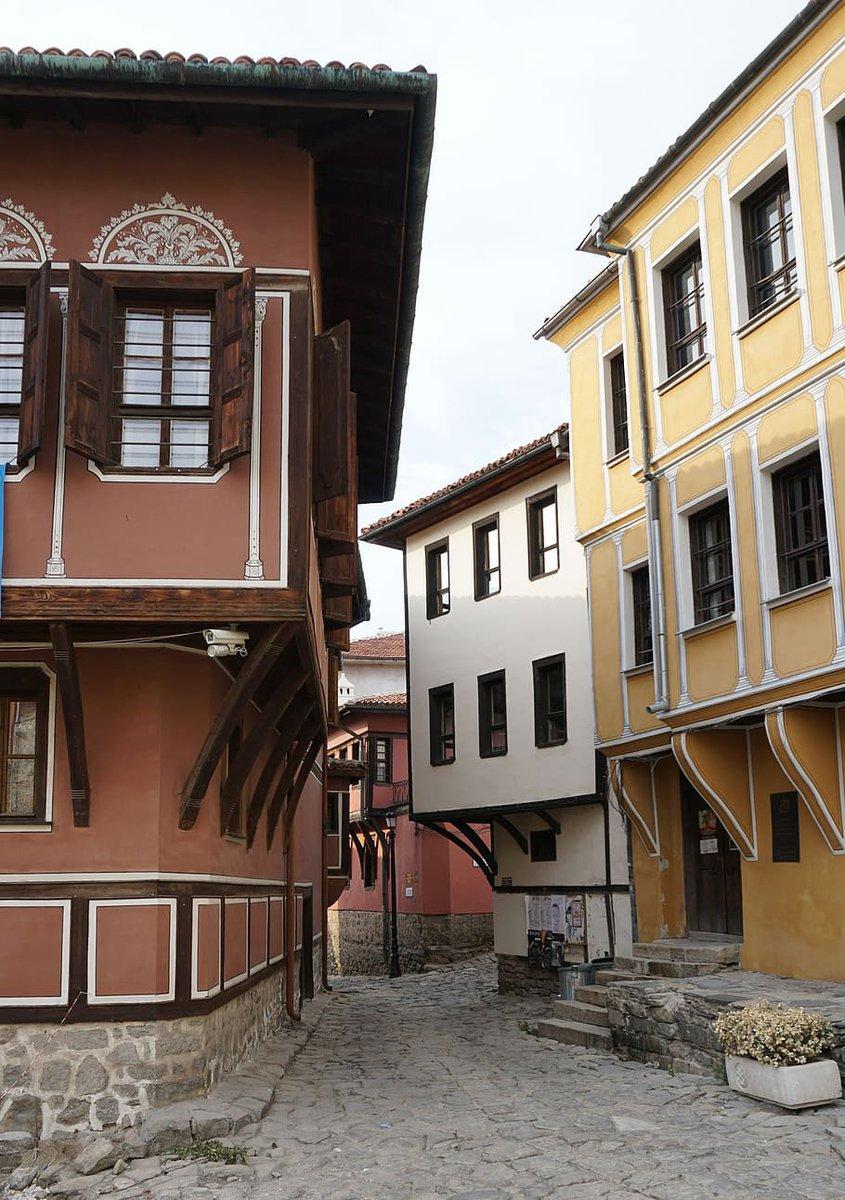 Coloridas casas de arquitectura perteneciente al Renacimiento búlgaro