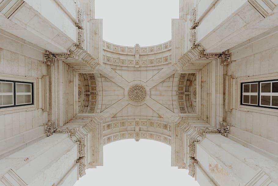Contrapicado de los bajos del Arco de Rua Augusta, en Lisboa