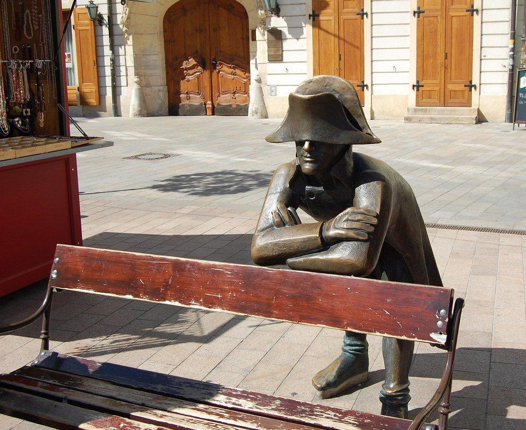 Estatua de soldado napoleónico en la plaza central