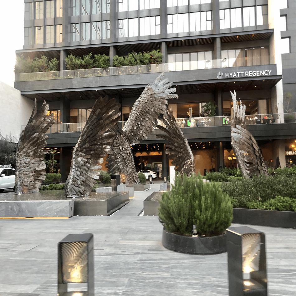 Figuras decorativas frente al Hotel Hyatt.