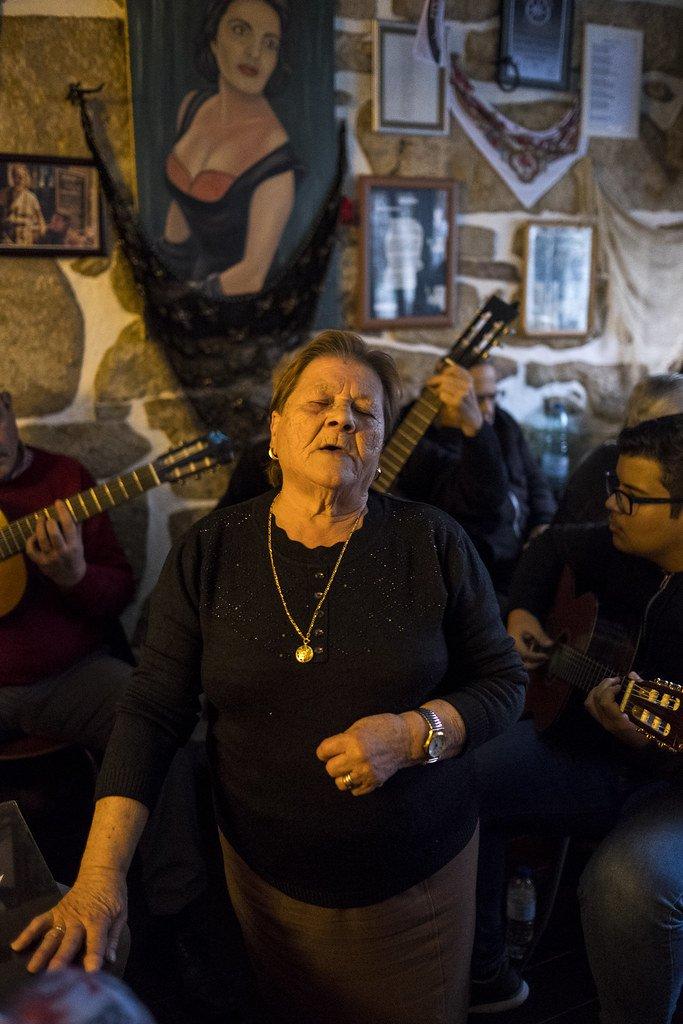 Mujer portuguesa cantado fado en una de las típicas tascas del barrio de Alfama, en Lisboa.