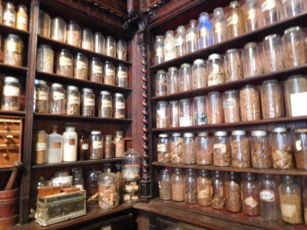 Alacenas llenas de antiguos tarros usasos en la antigua farmacia Museo Hipócrates de Plovdiv