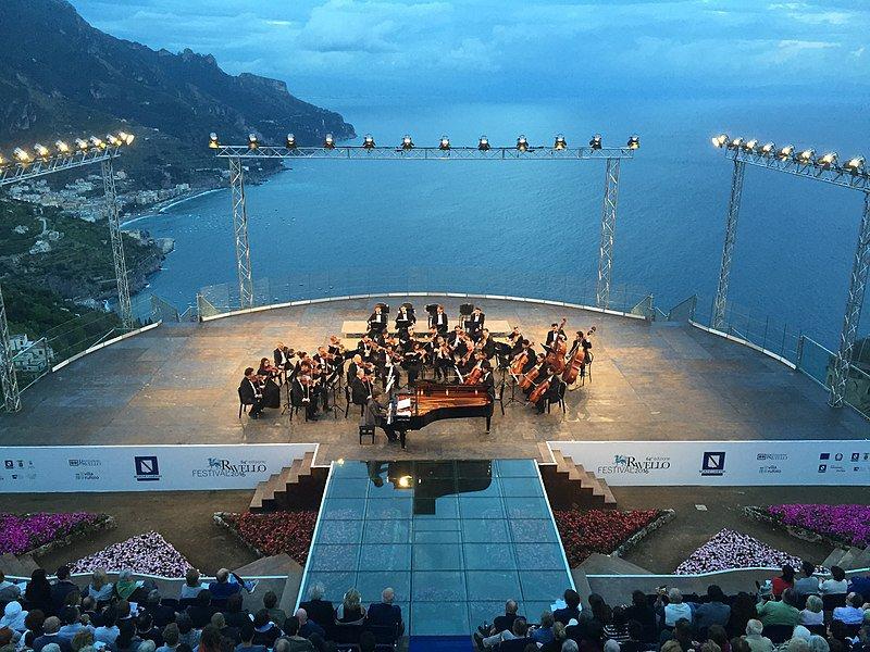Picado del escenario de un concierto celebrado en Ravello, durante su festival.