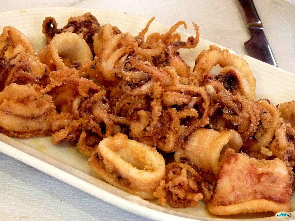 Fritura de calamares típica de los pueblos pesqueros de la Costa Amalfitana