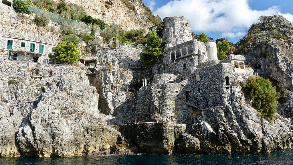 Imagen del las casas sobre el acantilado en el municipio de Furore.