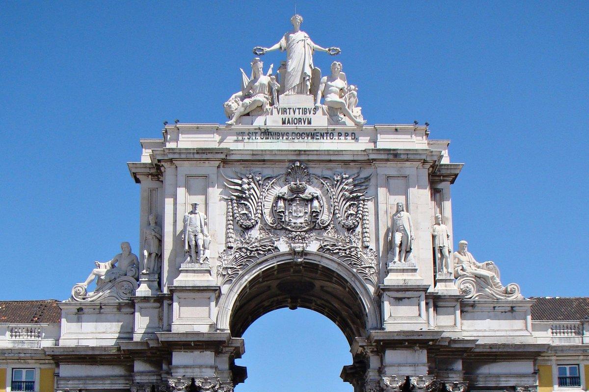 """Detalle de la parte superior del Arco de Rua Augusta, en Lisboa; donde se aprecia la inscripción en latín """"las virtudes de lo"""