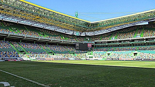 Vista de una parte de la graderia y el campo de juego del estadio José Alvalade, Lisboa.