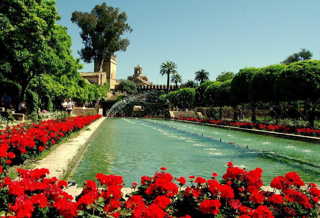 Jardines Alcázar Córdoba y su fuente llena de flores.