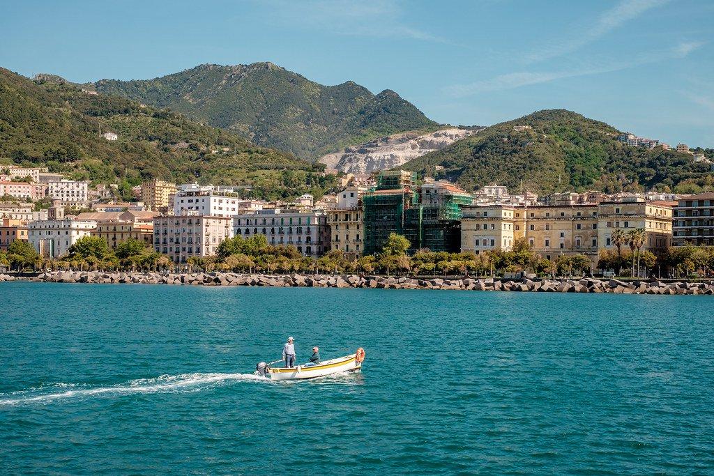 Panorámica de la ciudad de Salerno, Italia, desde el mar