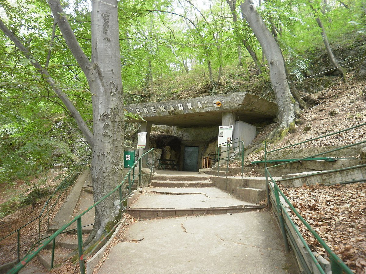 Entrada de la cueva Snezhanka de Plovdiv, Bulgaria.