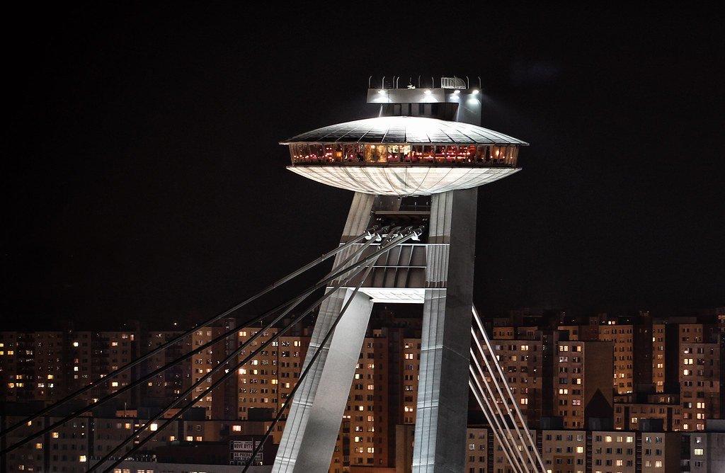 La Torre UFO de noche, tomada con enfoque al restaurante y plataforma de observación.