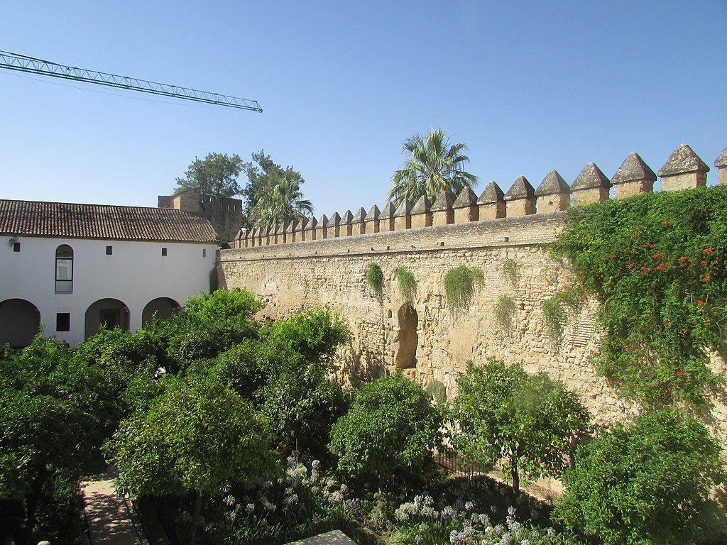 Uno de los muros del Alcázar de los Reyes Cristianos.