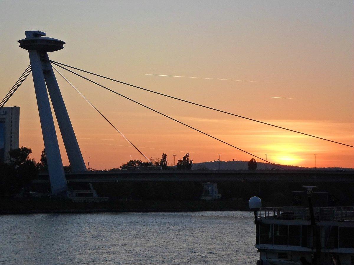 UFO Tower de Bratislava con el atardecer de fondo.
