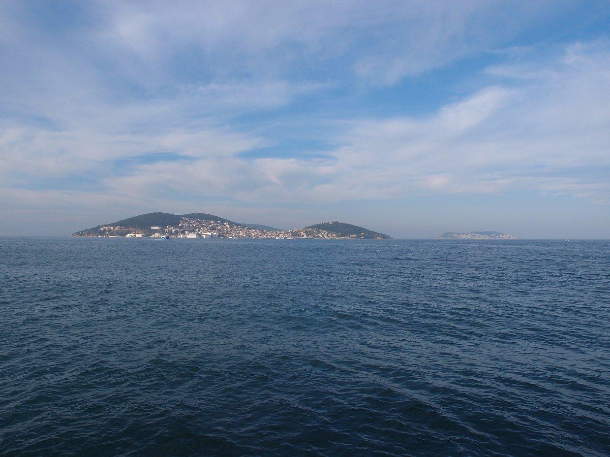 Vistas desde el barco en dirección a las islas Príncipe de Estambul, Turquía.