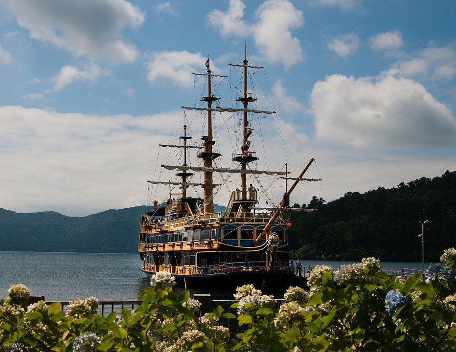 Barco pirata de Hakone navegando por el lago Ashi