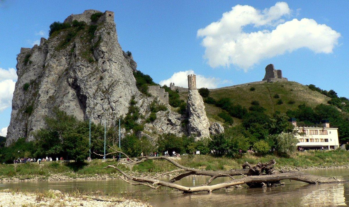 Vista desde lejos del castillo de Devin de Bratislava.