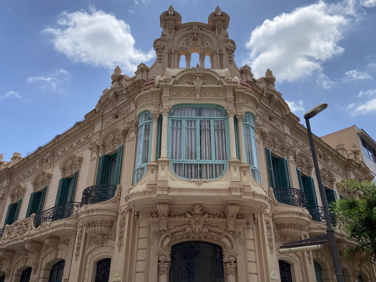 Uno de los edificios modernistas del centro de Tortosa.