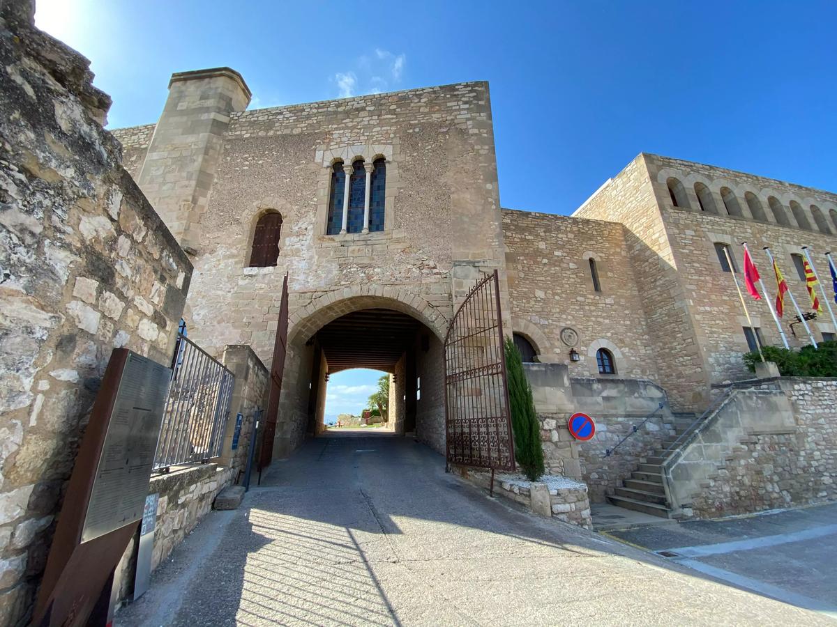 Entrada al Castillo de la Zuda, actualmente un hotel.