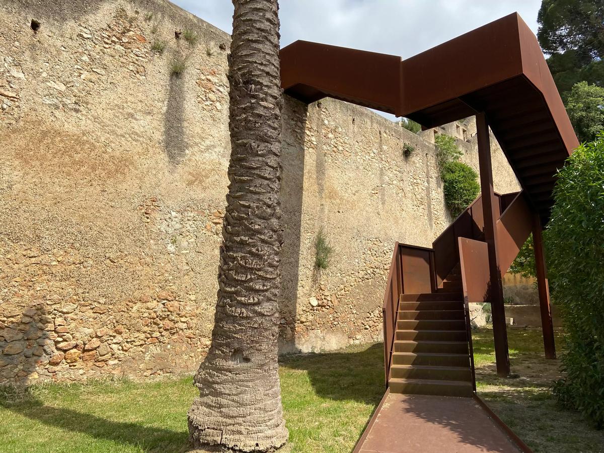 Escaleras de acceso a la muralla Remolins.