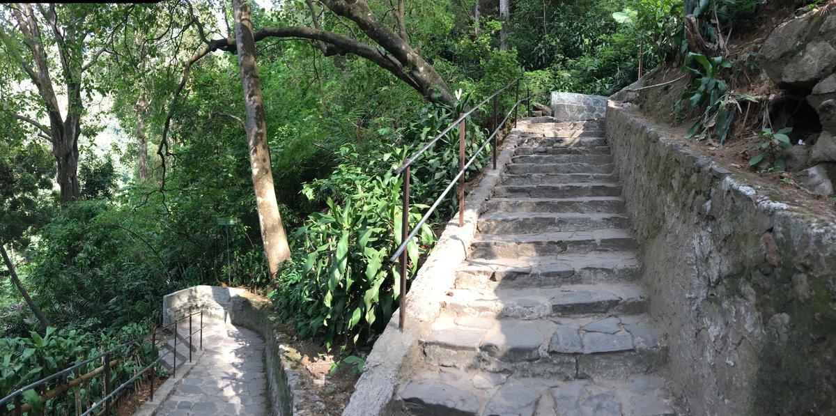Escaleras para bajar a la cascada