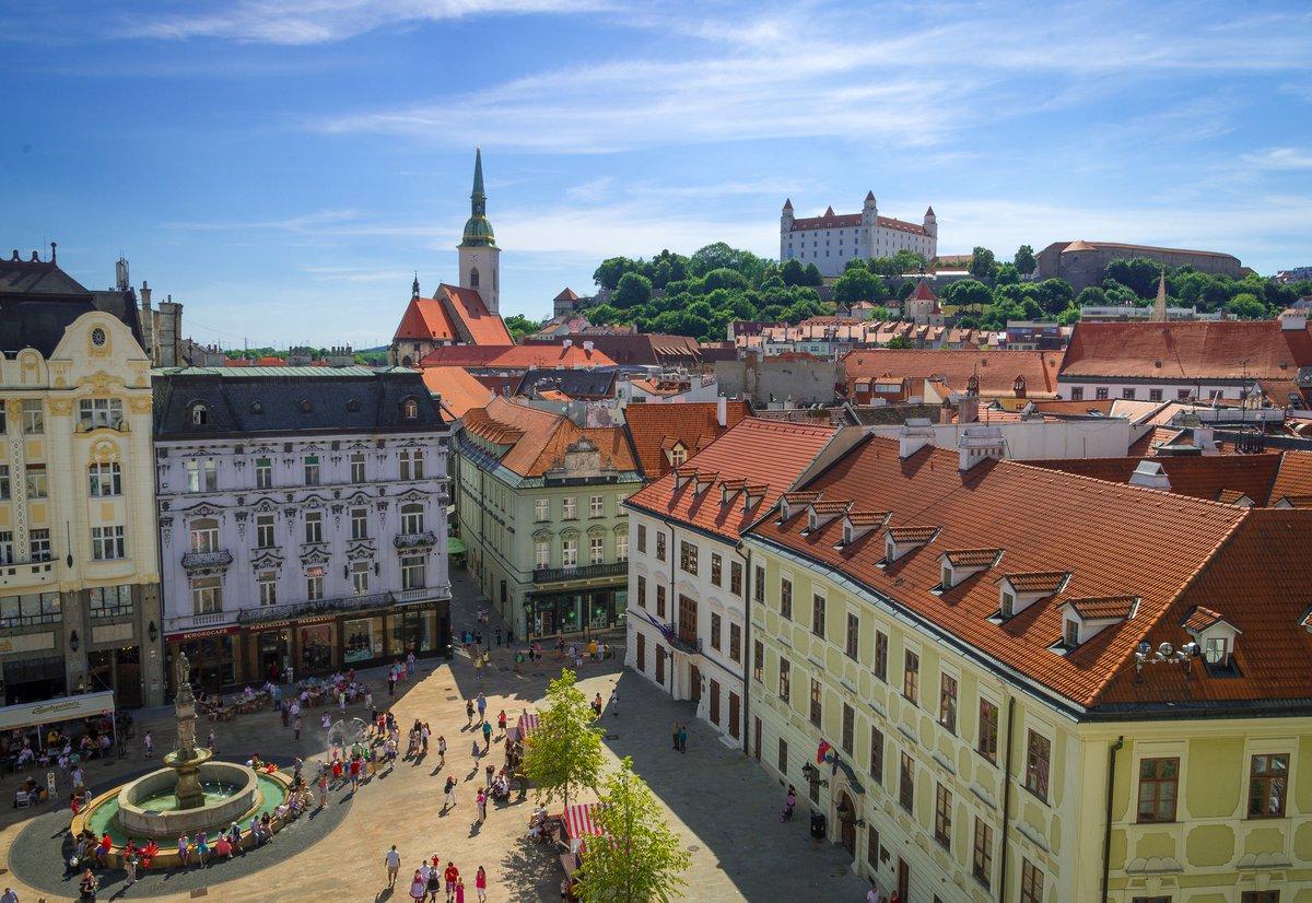 Vista aérea de la plaza Hlavné námestie de Bratislava.