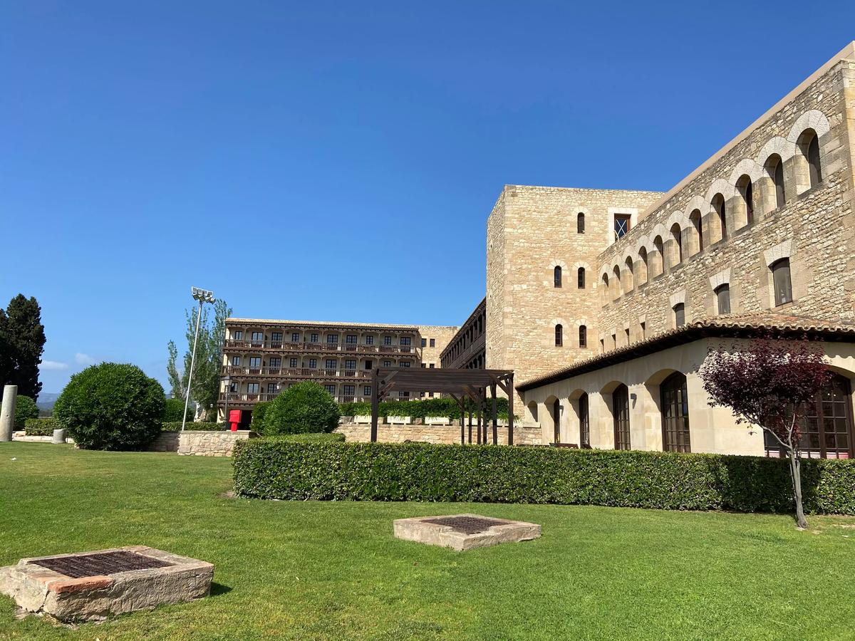 Patio del hotel ubicado en el Castillo de la Zuda, Tortosa.