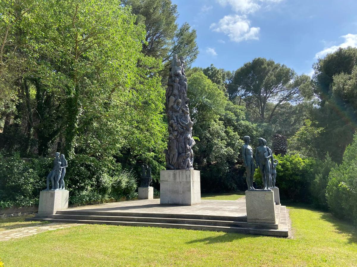 """La escultura más grande de los Jardines del Príncipe de Tortosa (Escultura """"La lucha de la Humanidad"""")"""