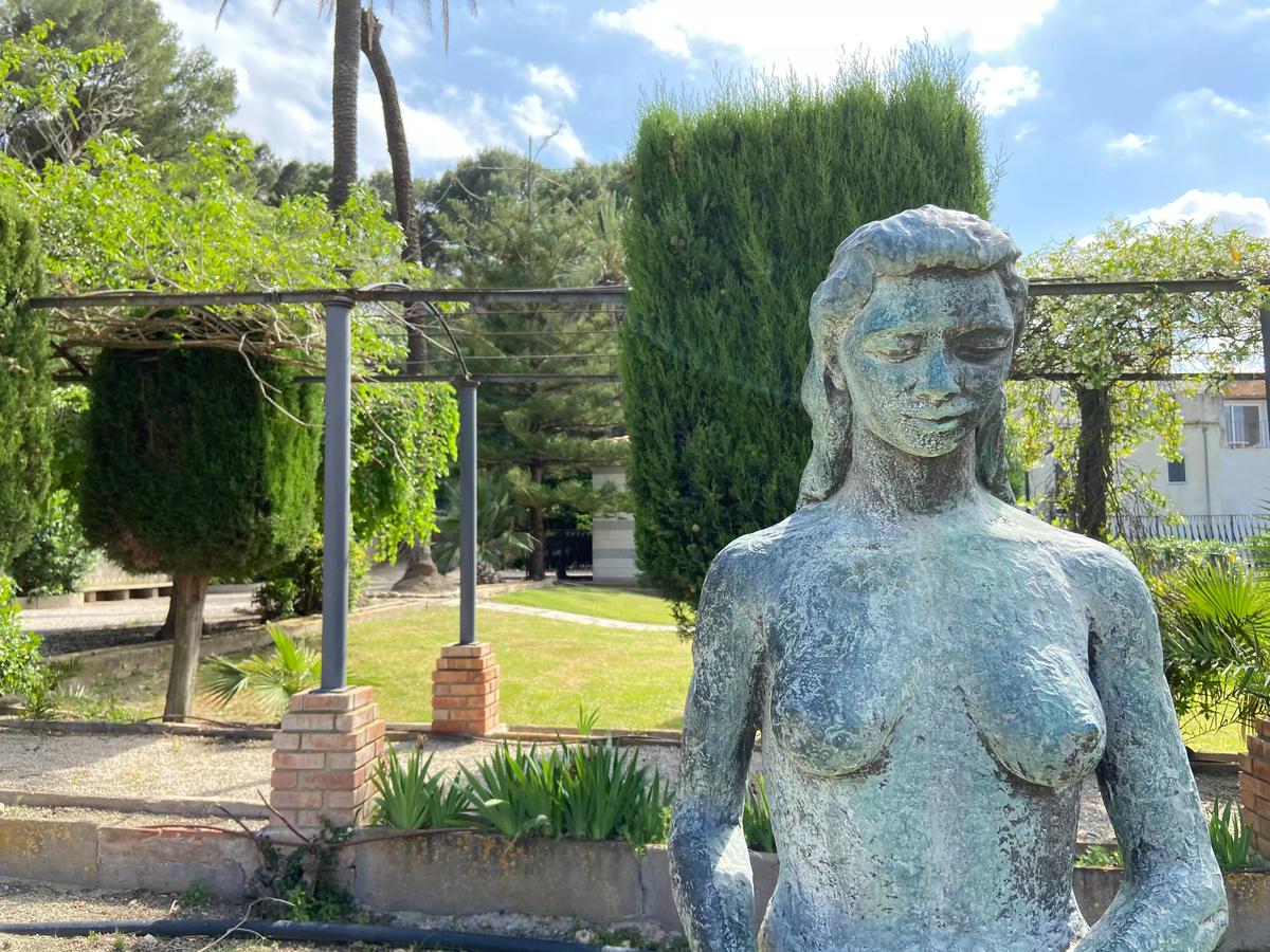 """Una de las esculturas de los Jardines del Príncipe (Escultura """"El hombre Primitivo"""")"""