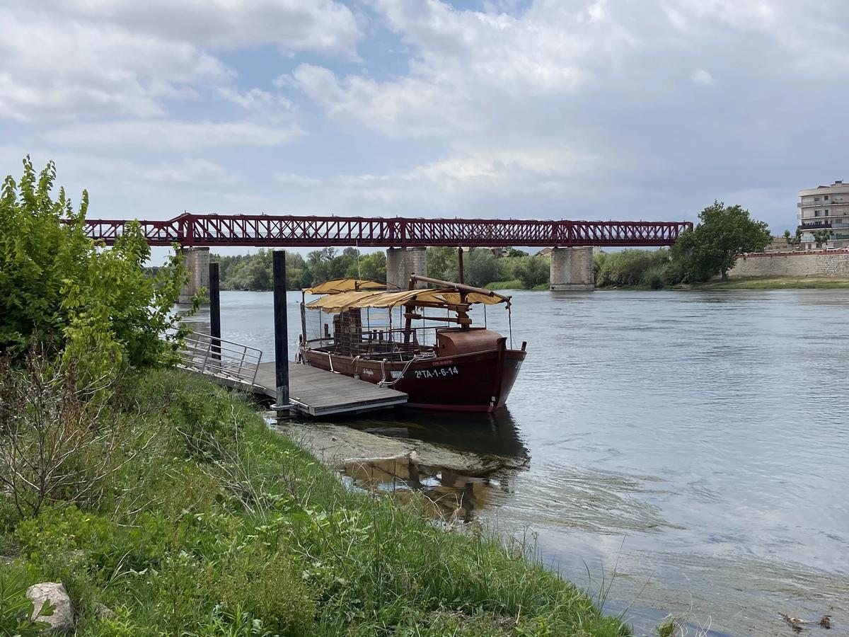 Lo Sirgador en su embarcadero frente al puente rojo de Tortosa.