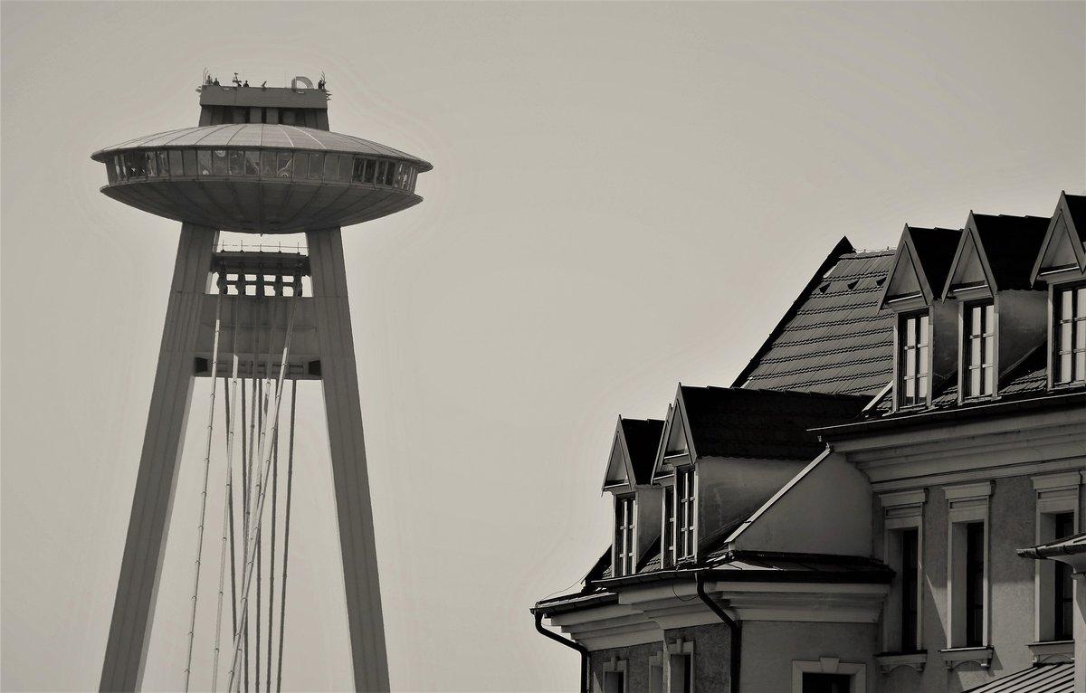 Foto de la torre UFO en blanco y negro.