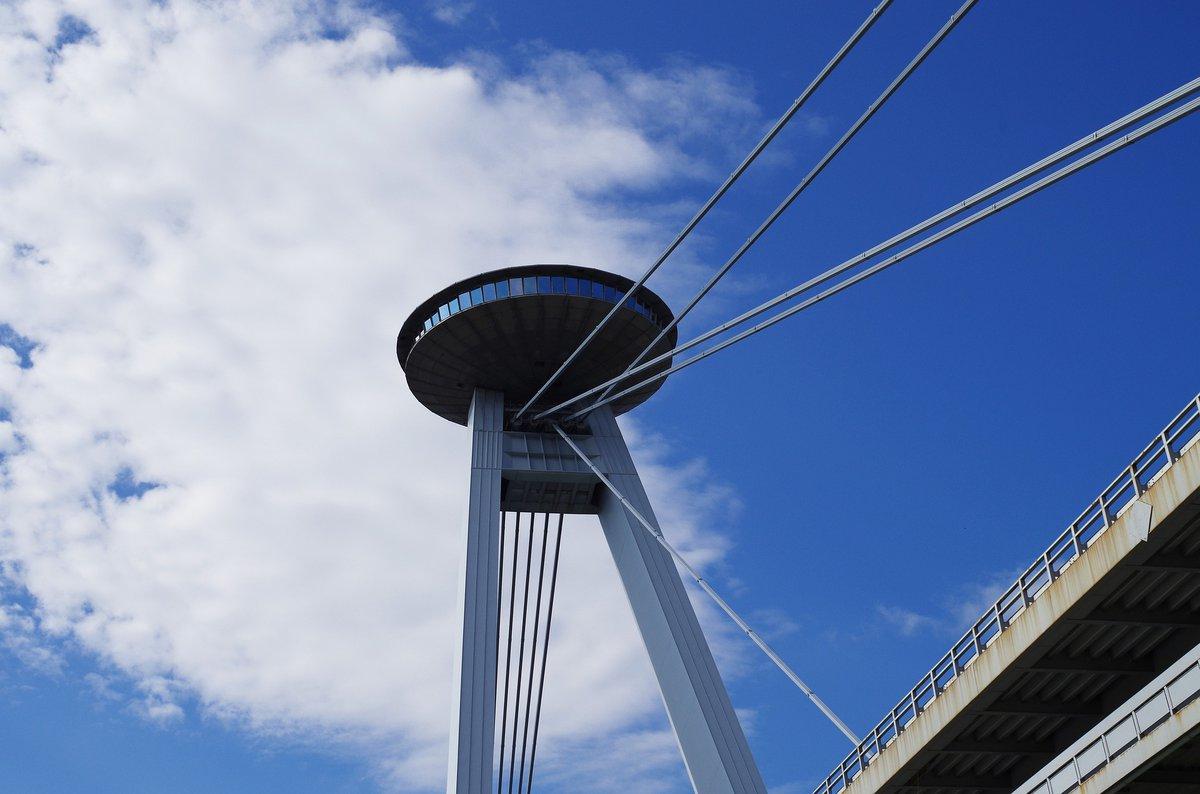 Torre UFO desde abajo durante el día.