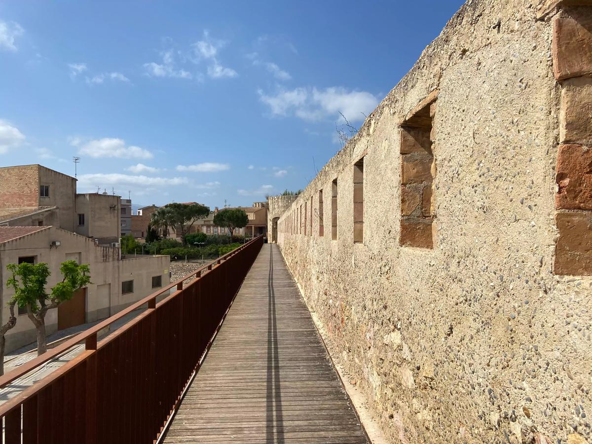 Camindo por la muralla de Tortosa.