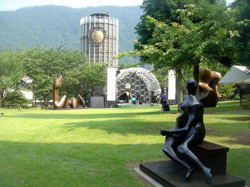 Esculturas en un jardín del Museo al Aire Libre de Hakone