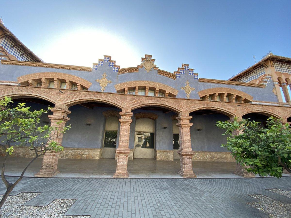 Fachada del museo de Tortosa, edificio modernsita que fue un matadero.