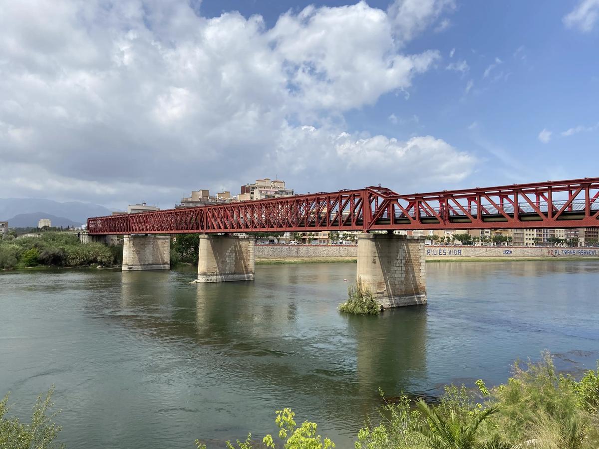 El Puente Rojo de Tortosa sobre el Ebro, antiguo puente del ferrocarril.