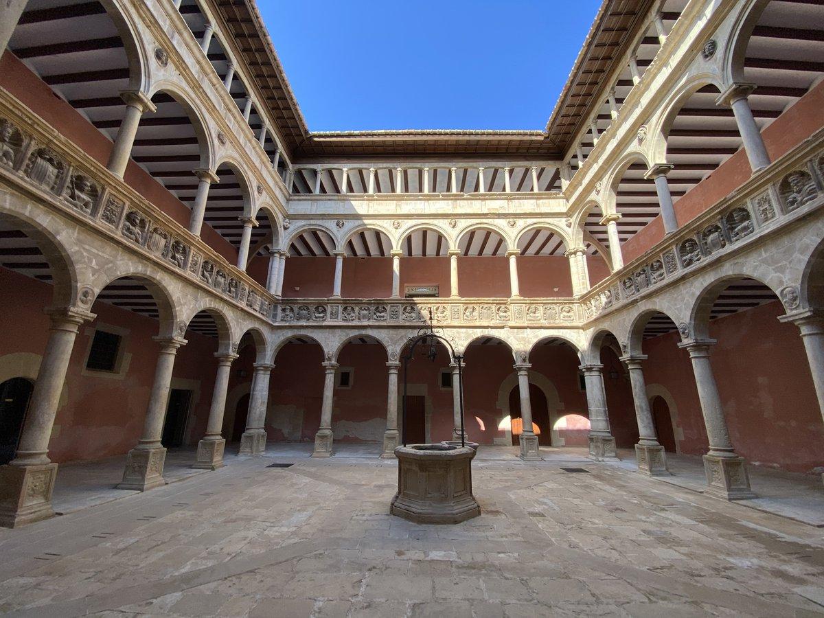 Patio interior de los Reales Colegios.