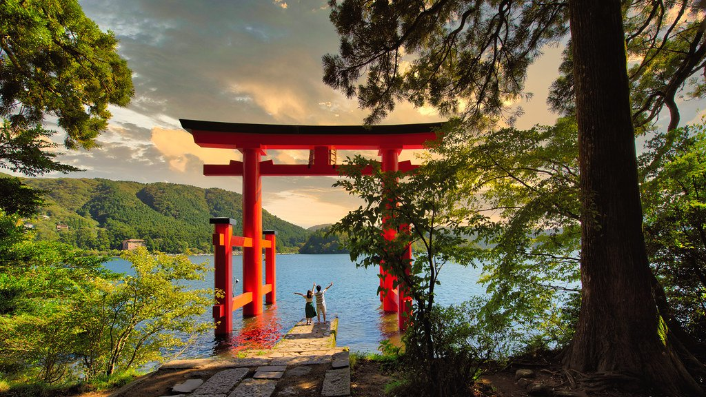 Toori de la Paz con vista al lago Ashi