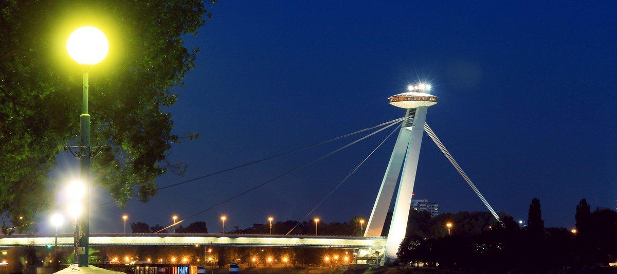 Torre UFO de noche.